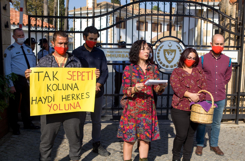 Des Chypriotes Turcs protestent contre la venue du président turc Erdogan sur leur île, le 13 novembre 2020, dénonçant une ingérence.