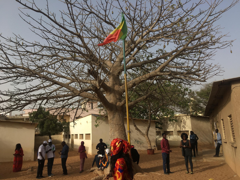 Le centre de vote de HLM Grand Yoff, à Dakar, ferme ses portes après le vote pour la présidentielle, le 24 février 2019.