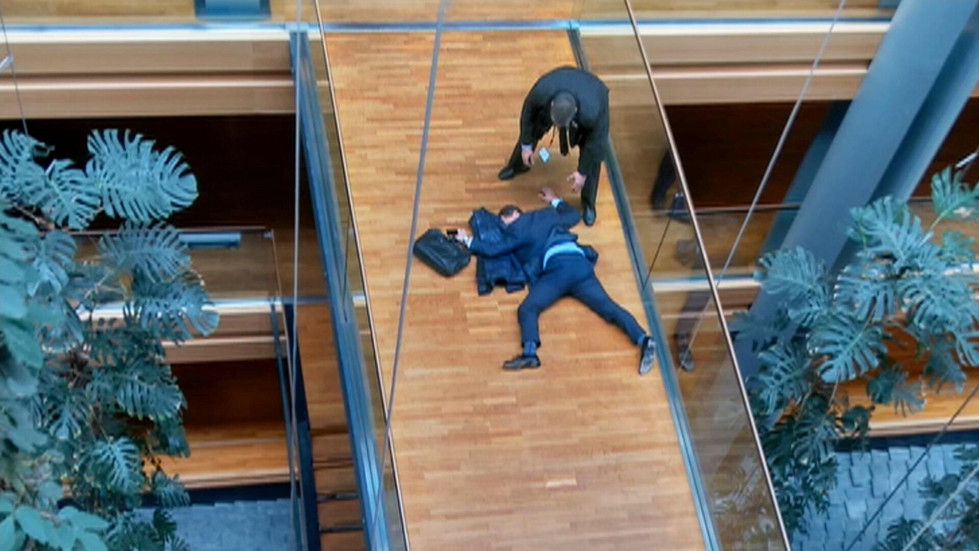 Кадр из видео, на котором мужчина – по всей вероятности, член партии UKIP Стивен Вулф – лежит на полу в здании Европарламента в Страсбурге.