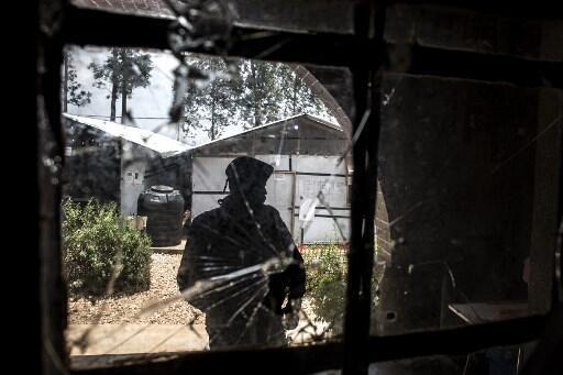 En mars 2019, le centre de traitement de Butembo avait déjà été attaqué. Sur cette photo, un élément de la police congolaise constate les dégâts.