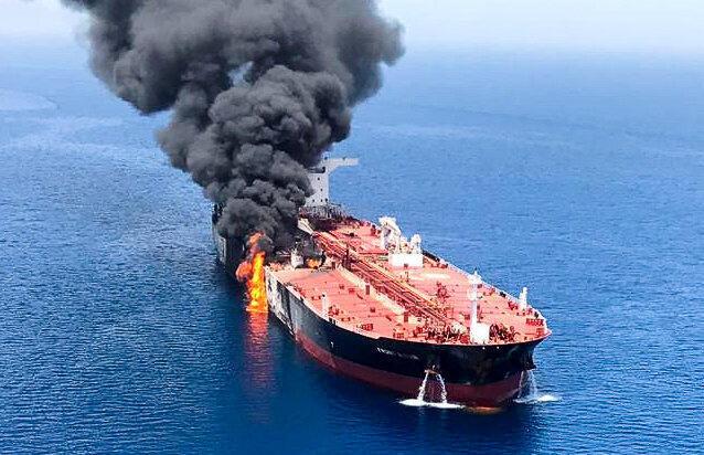 Một chiếc tàu dầu bị cháy sau khi bị tấn công trên biển Oman, nằm giữa các nước Ả Rập vùng Vịnh và Iran. Ảnh chụp ngày 13/06/2019.