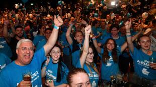Cử tri đảng Tự Do mừng thắng lợi của ứng viên của họ, John Alexander, tại Bennelong. Ảnh 16/12/2017.