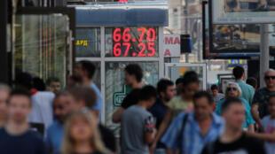 Đồng rúp Nga mất giá đáng kể so với đô la Mỹ. Ảnh tại Matxcơva, ngày 10/08/2018.