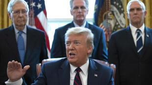 Tổng thống Mỹ Donald Trump ban hành kế hoạch kích cầu lịch sử trị giá 2.000 tỷ đô la để giảm thiểu tác hại kinh tế của dịch Covid-19. Ảnh chụp ngày 27/03/2020 tại Nhà Trắng (Washington DC - Hoa Kỳ).