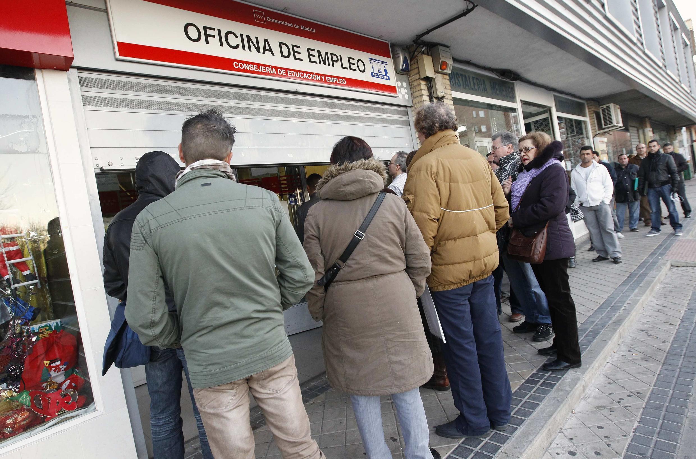 Безработные возле агентства занятости в Мадриде 3 января 2012.