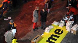 """Des écologistes devant le Bella Center expriment leur déception avec une banderole """"Shame"""", """"Honte"""" en français, le 19 décembre 2009."""