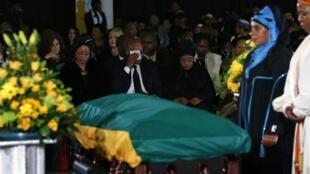 南非总统祖马与温妮•曼德拉在已故前南非总统曼德拉的灵柩前 2013年12月14日