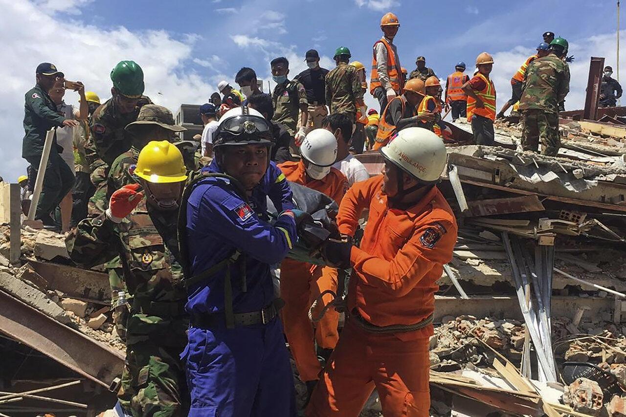 Các nhân viên cứu hộ tiếp tục đào bới tìm người sống sót tại tòa nhà bị sụp đổ ở Sihanoukville, Cam Bốt hôm 22/06/2019.