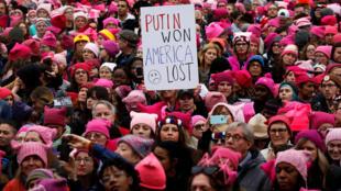«Путин выиграл — Америка проиграла» — «Женский марш» против президента Трампа в Вашингтоне, 21 января 2017 г.