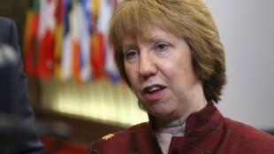 """A chefe da diplomacia da União Europeia, Catherine Ashton, lembrou que o referendo organizado pelas forças pró-russas no domingo na Crimeia é """"ilegal segundo a Constituição ucraniana e a lei internacional""""."""