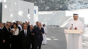 O ministro das Relações Exteriores Abdullah bin Zayed al-Nahyan fala durante visita de Hollande ao Louvre de Abu Dhabi