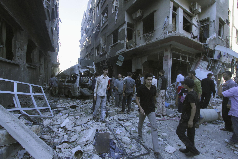 Des habitants de Douma subissent les tirs de roquettes des forces du président Bashar al-Assad à l'est d'Al-Ghouta, près de Damas.