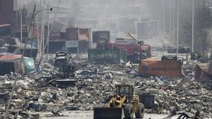 Trabajos de desescombro en las cercanías de la explosión que afectó la cuidad china de Tianjin. Este 13 de agosto de 2015.