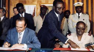 Jacques Chirac (G) et Félix Malloum (D), pendant la signature des accords, en mars 1976, à N'Djaména, lors de la visite officielle de Jacques Chirac au Tchad.