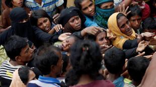 Refugiados rohingyas durante distribuição de comida em acampamento de Cox's Bazar, em Bangladesh.