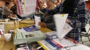 Empleados preparan en Estraburgo el material electoral para los votantes en los comicios europeos de 2014.