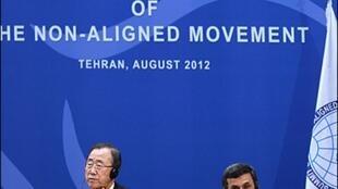 Ban Ki-moon et le président iranien Ahmadinejad à la tribune du 16e sommet des non-alignés, le 30 août 2012.