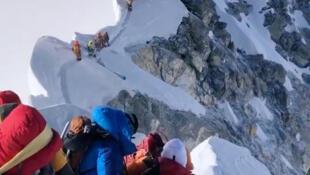 从希拉里台阶下撤时一位攀登者拍摄的照片
