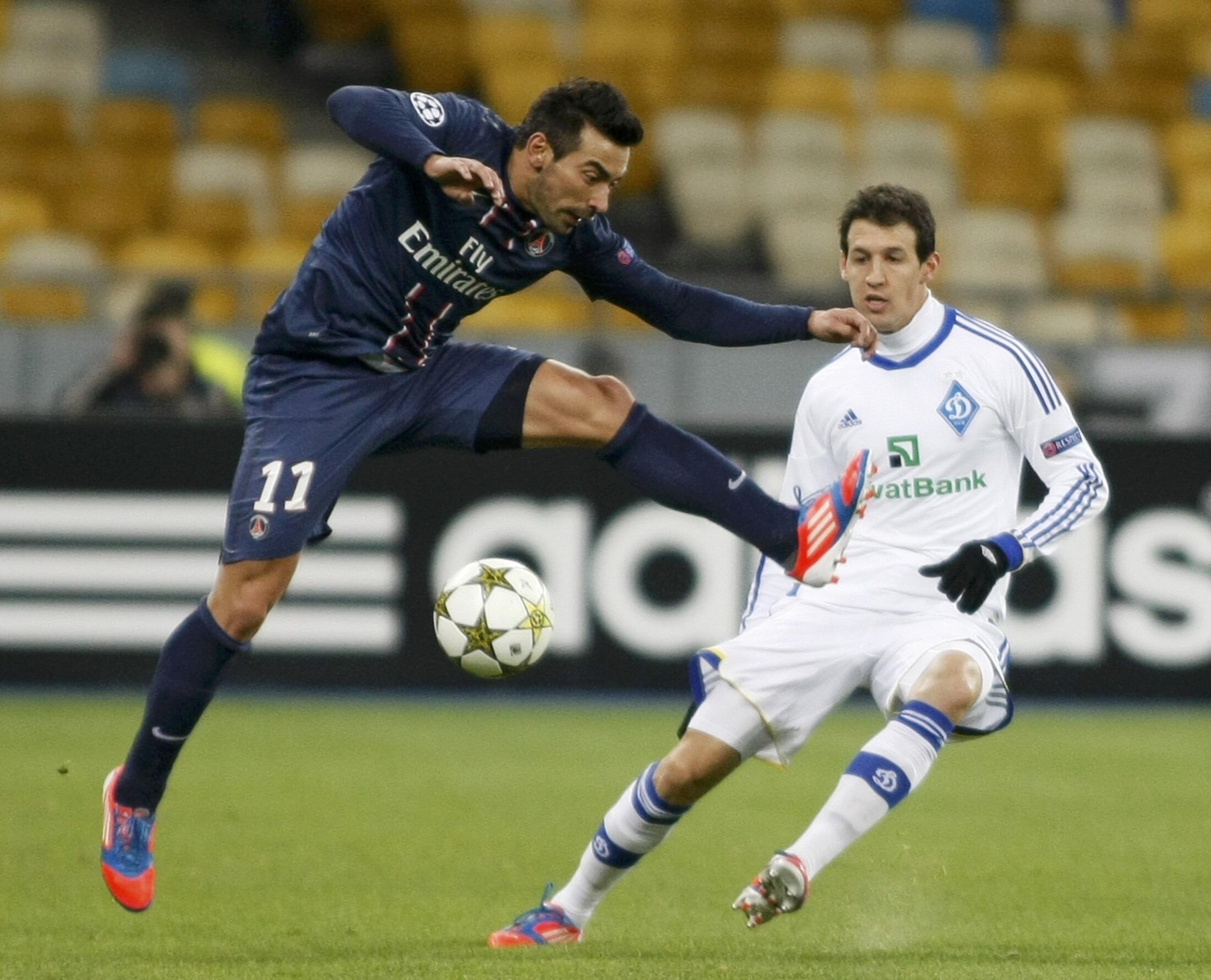 O Paris Saint-Germain venceu o Dínamo de Kiev por 2 a 0, gols do atacante argentino Ezequiel Lavezzi (à esquerda).