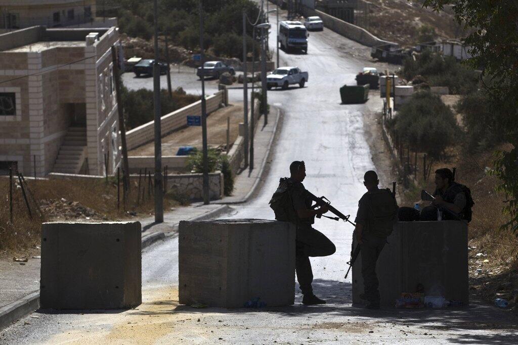 Les police israélienne continue d'installer des blocs de béton à Jérusalem pour filter les allées et venues des habitants des quartiers palestiniens.