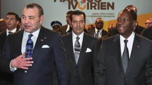 Le roi du Maroc, Mohammed VI (g), son frère le prince Moulay Rachid (c) et le président ivoirien Alassane Ouattara (d), à Marrakech lors du 2ème forum économique maroco-ivoirien, le 21 janvier 2015.
