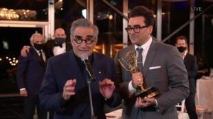 Daniel Levy à droite et son père Eugne, les créateurs de la série «Schitt's Creek» aux Emmy Awards le 20 septembre 2020.