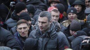 Виталий Кличко разговаривает с протестующими 19/01/2014