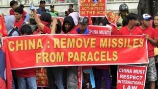 Người biểu tình Philippines phản đối Trung Quốc triển khai tên lửa ở Trường Sa ngày 25/02/2016.
