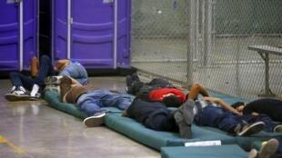 Niños duermen en una celda de un centro de detención de inmigrantes en Nogales, Arizona, el pasado 18 de junio del 2014.