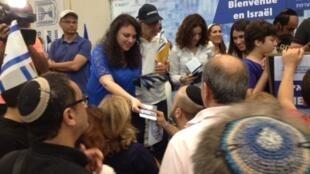 A Jérusalem, des Français venus faire leur aliyah reçoivent leurs papiers d'identité israéliens.