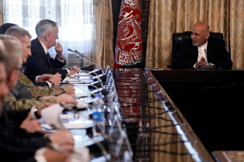 جیمز ماتیس، وزیر دفاع آمریکا با اشرف غنی، رئیس جمهور افغانستان گفتگو کرد