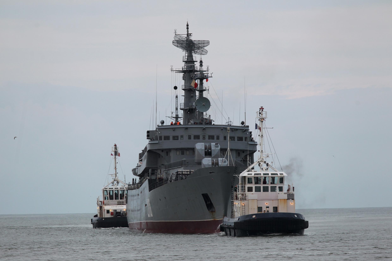 Russian navy frigate Smolny arrives into the Saint-Nazaire STX Les Chantiers de l'Atlantique shipyard in western France, 30 June 2014.