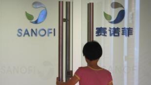 Une employée rentre dans un bureau du géant pharmaceutique français Sanofi, à Shanghai, le 2 aout 2013.