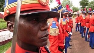 Sabres et tenues impeccables dans la cour du camp Béal à Bangui (Centrafrique), avant le défilé du 14-juillet, à Paris.
