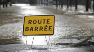 Un panneau « route barrée » indiquant que la rue ne peut plus être pratiquée en raison des fortes intempéries qui ont frappée le Gard, le 10 octobre 2014.