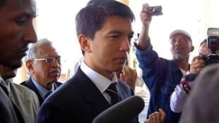 Les médiateurs de l'UA convainquent Andry Rajoelina de reprendre les discussions.