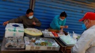(Ilustración), un mercado de productos frescos, el  24 abril 2020, en Pekín. Los negocios continúan.