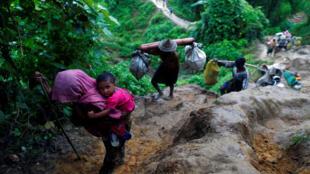مسلمانان روهینگیا با عبور از تپه ها قصد رسیدن به بنگلادش را دارند