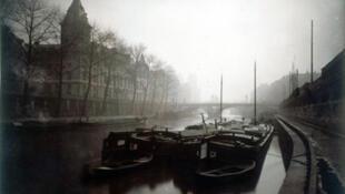La Conciergerie y el río Sena, niebla en invierno, distrito 1 de París.