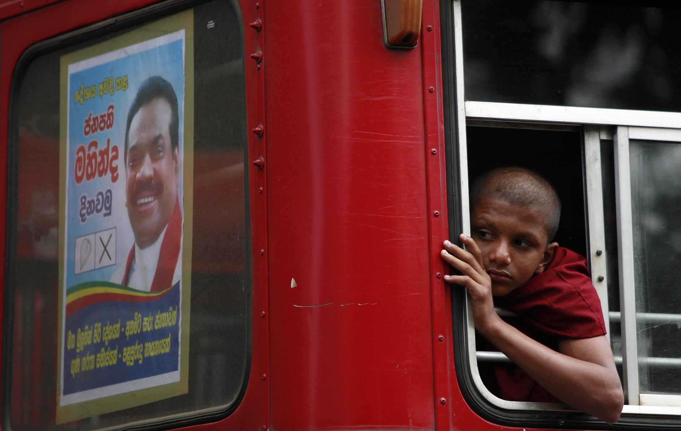 Le président sri lankais Mahinda Rajapakse (sur l'affiche) a convoqué une élection présidentielle anticipée, deux ans avant l'échéance normale.