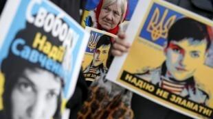 Пикет в поддержку Надежды Савченко перед российским посольством в Киеве 22 марта 2016