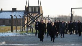 La chancelière allemande Angela Merkel et le Premier ministre polonais Mateusz Morawiecki visitant le mémorial d'Auschwitz-Birkenau, le 06 décembre 2019.