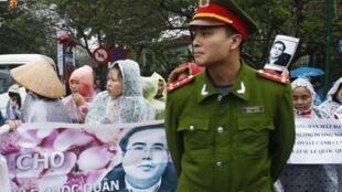 Người ủng hộ Lê Quốc Quân biểu tình phản đối bên ngoài phiên tòa xét xử anh tại Hà Nội ngày 18/02/2014.