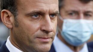 Le président français Emmanuel Macron lors d'une conférence de presse près de la basilique Notre-Dame à Nice, après l'attaque au couteau qui fait trois morts le 29 octobre 2020.