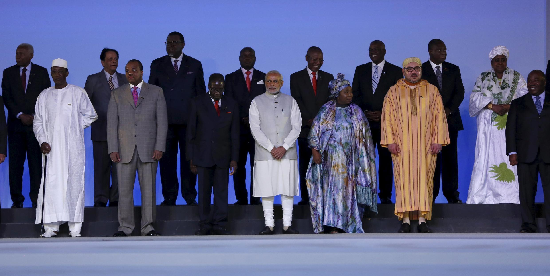 Fotografia de família com o primeiro-ministro indiano Narendra Modi no centro do Fórum Índia África em Nova Deli a 29 de Outubro de 2015