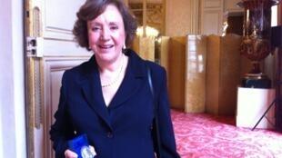 Regina Costa Pinto exibe a medalhe recebida no Senado francês.