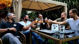 Indiens, Américains et Allemands trinquent à leurs affaires dans la bière.