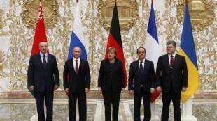 Da esquerda para a direita: Lukachenko, Putin, Merkel, Hollande e Porochenko