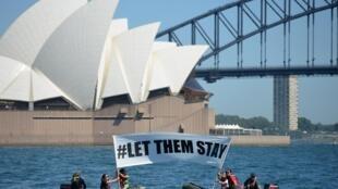 «Laissez-les rester». Des membres de Greenpeace mobilisés autour du sort d'une demandeuse d'asile et de son enfant, qu'un hôpital de Brisbane a refusé de renvoyer à Nauru. Sydney, le 14 février 2016.