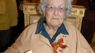La résistante Germaine Tillion, le 12 mai 2004 à Paris, après avoir reçu les insignes de Commandeur de l'Ordre du Mérite de la République fédérale allemande.